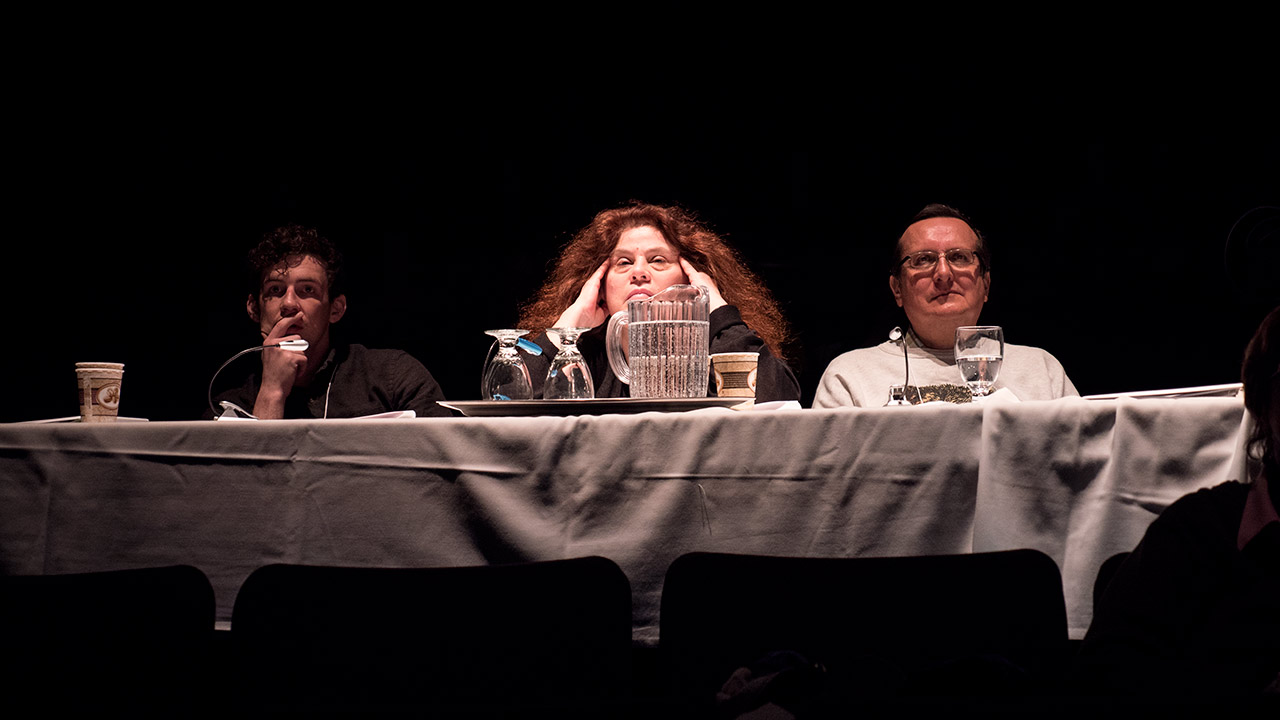 Les juges Mathew Henderson, Anne Michaels et Daniel David Moses écoutent et regardent attentivement.